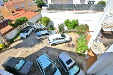la costa brava: appartement proche plage, vue sur le parking privé à la copropriété