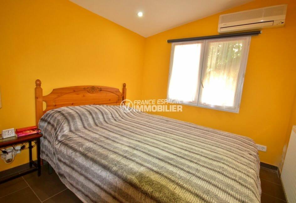 la costa brava: villa plain pied 84 m², troisièlme chambre avec lit double et climatisation