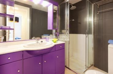roses espagne: appartement 50 m², salle d'eau avec cabine de douche, meuble vasque et wc
