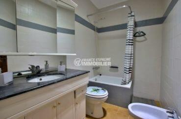 la costa brava: villa 53 m², salle de bains avec baignoire, meuble vasque et wc