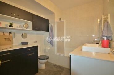 roses espagne: appartement 88 m², salle de bains avec baignoire, vasque, wc et rangements