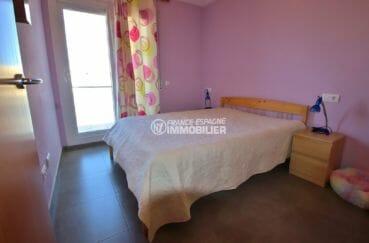 achat appartement rosas espagne, atico, première chambre lumineuse avec lit double