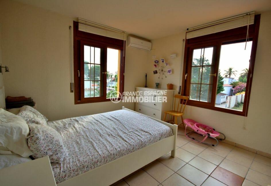 maison a vendre empuriabrava avec amarre, piscine, chambre 1 lumineuse avec lit double