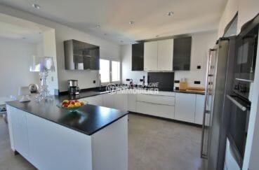 achat roses espagne: villa 300 m², cuisine américaine équipée et fonctionnelle