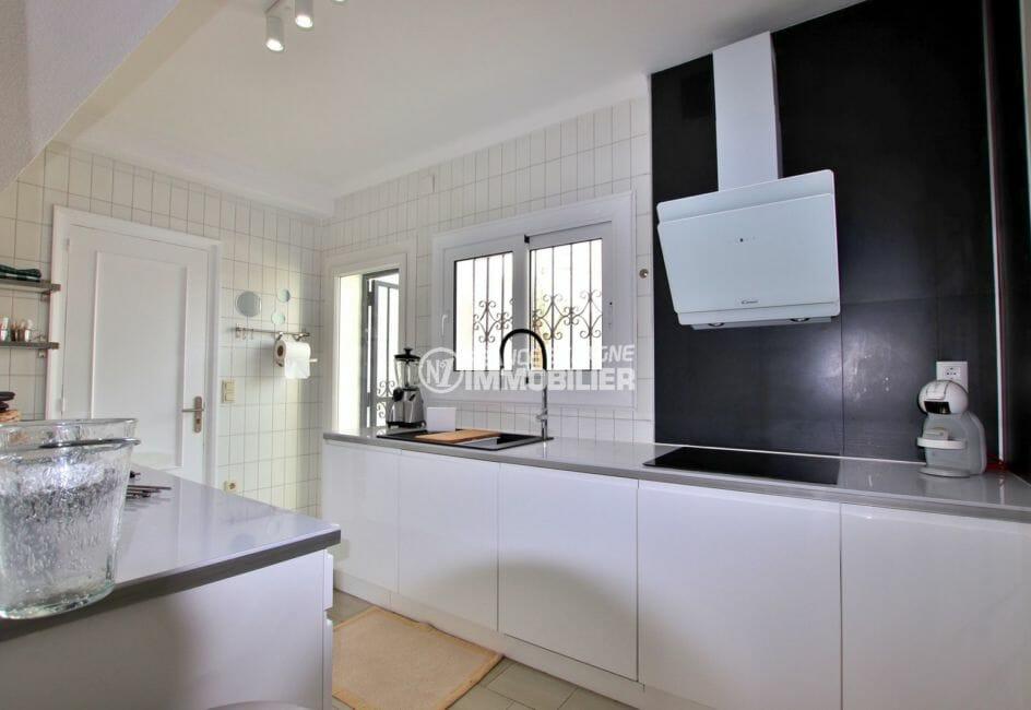 acheter maison empuriabrava, vue canal, cuisine américaine équipée et fonctionnelle