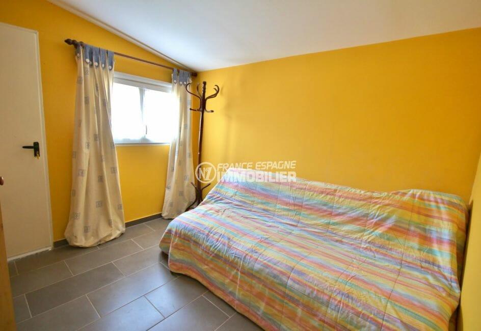 achat rosas espagne: villa plain pied, 84 m², quatrième chambre avec canapé lit et accès terrasse