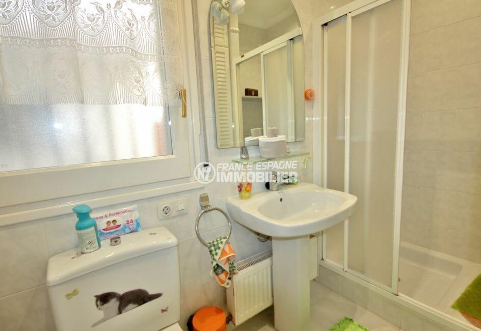 agence empuriabrava: villa 104 m², salle d'eau avec cabine de douche, lavabo et wc