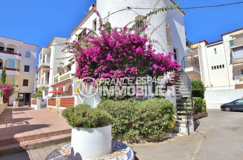 la costa brava: appartement 47 m², aperçu de la façade de la résidence fleurie