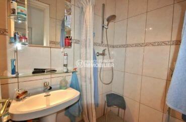 agence immo empuriabrava: villa 171 m², salle d'eau avec douche et lavabo