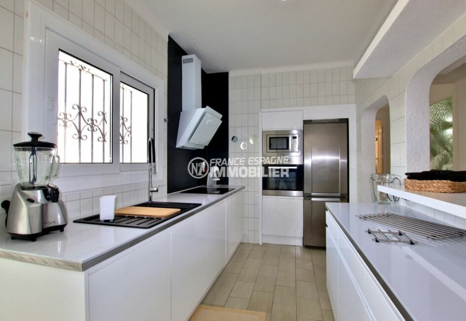 maison a vendre espagne, vue canal, cuisine américaine ouverte sur le salon