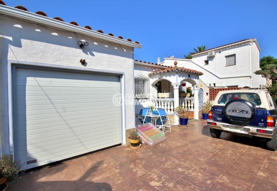 la costa brava: villa 104 m², aperçu du garage de 23 m², parking cour intérieure
