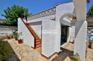 maison a vendre espagne, proche plage, vue sur les escaliers accès terrasse solarium