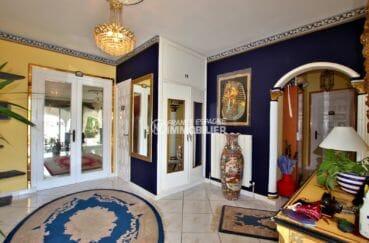 la costa brava: villa 544 m², porte et hall d'entrée qui dessert les autres pièces