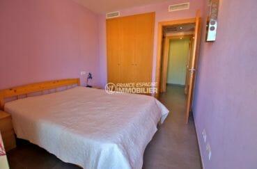 vente appartement roses espagne, piscine, première chambre avec lit double et placards