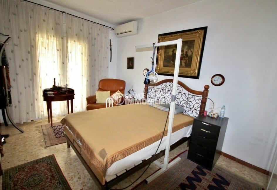 la costa brava: villa 171 m², chambre 2 lumineuse avec lit double