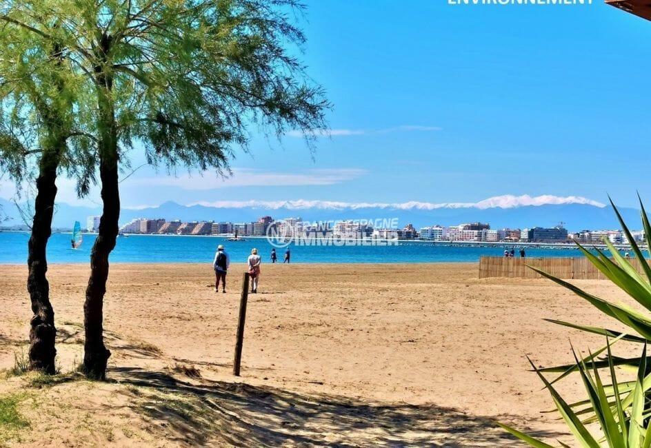 promenade près de la plage, commerces à proximité