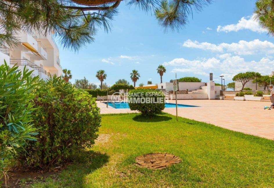 immo center rosas: appartement 50 m², vue sur la piscine et ses extérieurs