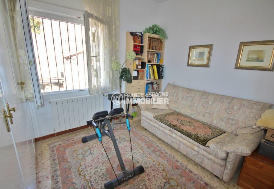 agences immobilières empuriabrava: villa 171 m², chambre 3 avec canapé et équipement sportif