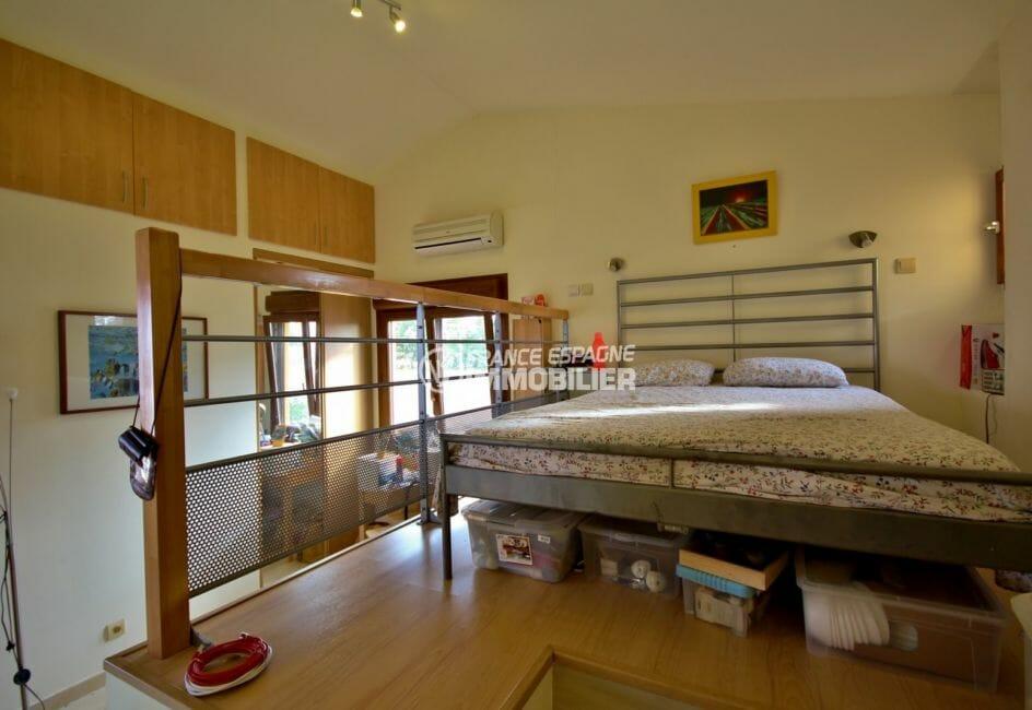 la costa brava: villa 170 m², chambre 3 lit double en mezzanine avec hauteur sous plafond