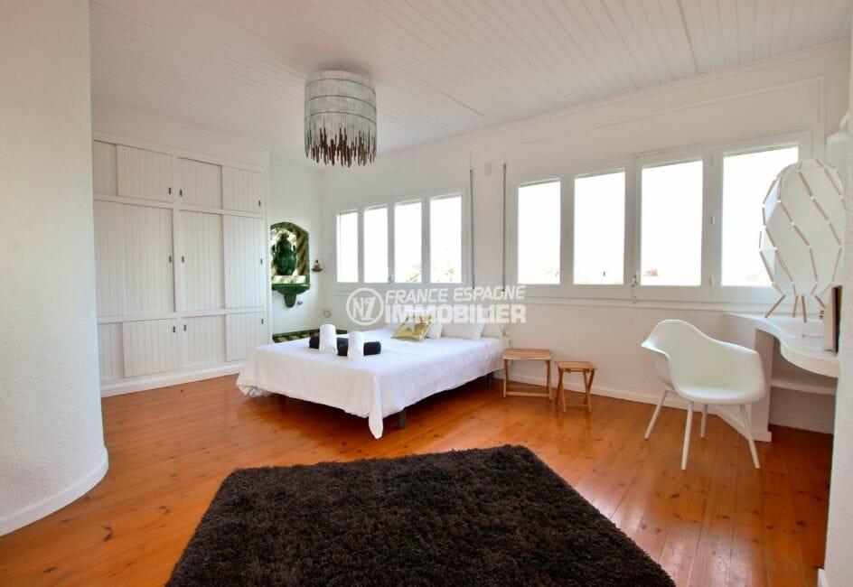 vente villa empuriabrava, garage, chambre 1 lumineuse avec lit double et placards