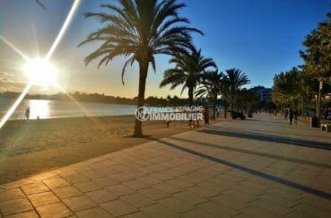 joli couché de soleil sur la plage environnante