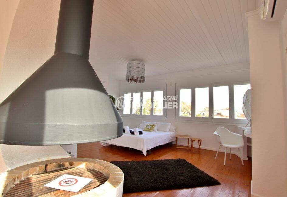 maison a vendre empuriabrava avec amarre, vue canal, chambre 1 spacieuse avec des rangements