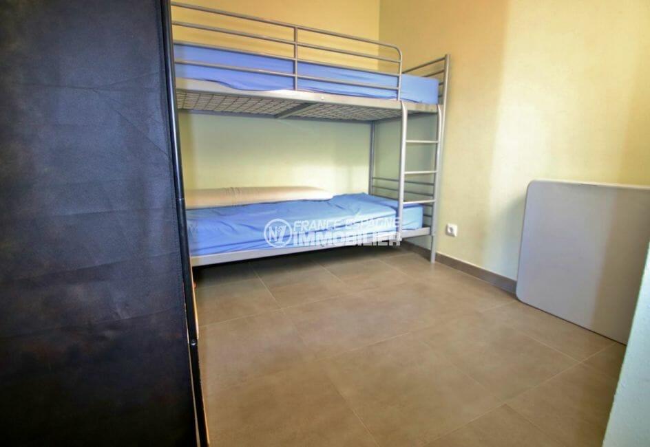 appartement à vendre rosas espagne, piscine, deuxième chambre avec lits superposés et rangements
