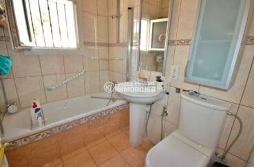 acheter maison costa brava, garage, salle de bains avec baignoire, lavabo et wc