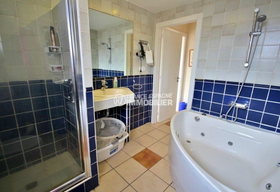 vente maison empuriabrava avec amarre, 170 m², 1ère salle de bains avec baignoire d'angle et cabine de douche
