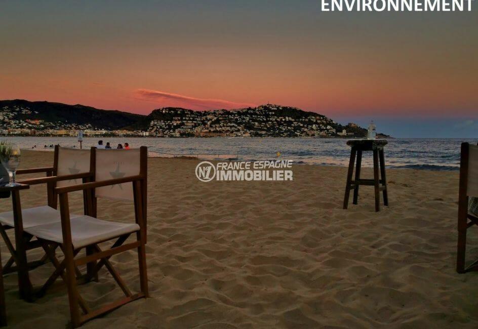 aperçu de la terrasse de restaurants sur la plage à proximité