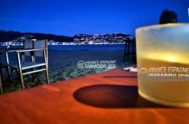moment détente en terrasse d'un restaurant sur la plage environnante