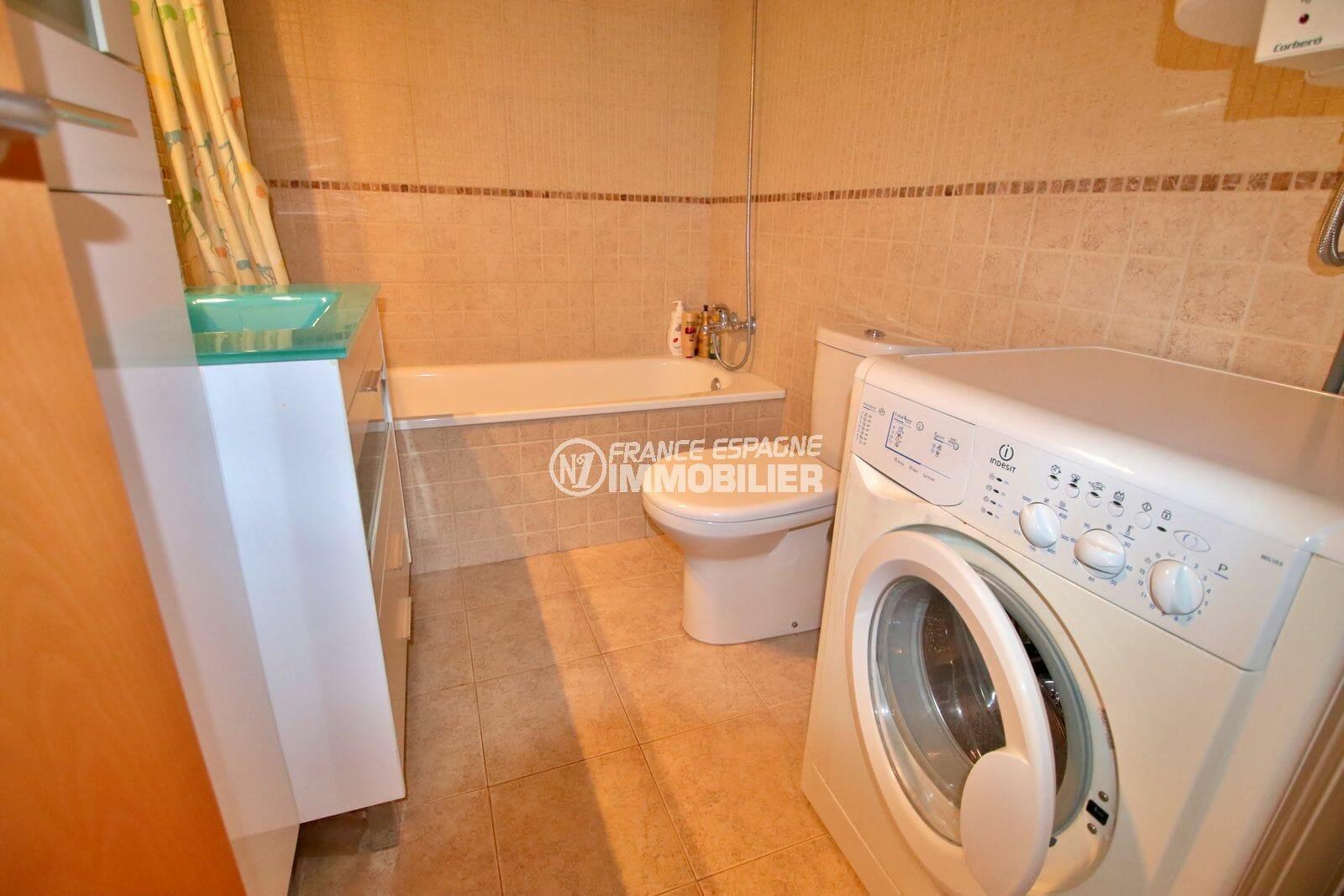 immo center rosas: appartement 49 m², salle de bains avec baignoire, vasque et wc