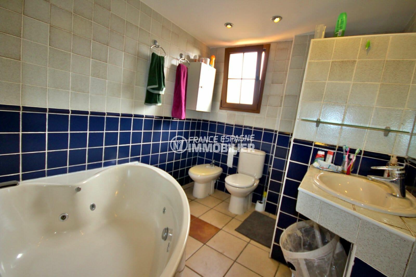 acheter maison costa brava, empuriabrava, 1ère salle de bains avec baignoire, vasque et wc
