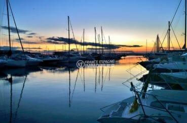 couché de soleil sur le port de plaisance de roses à proximité