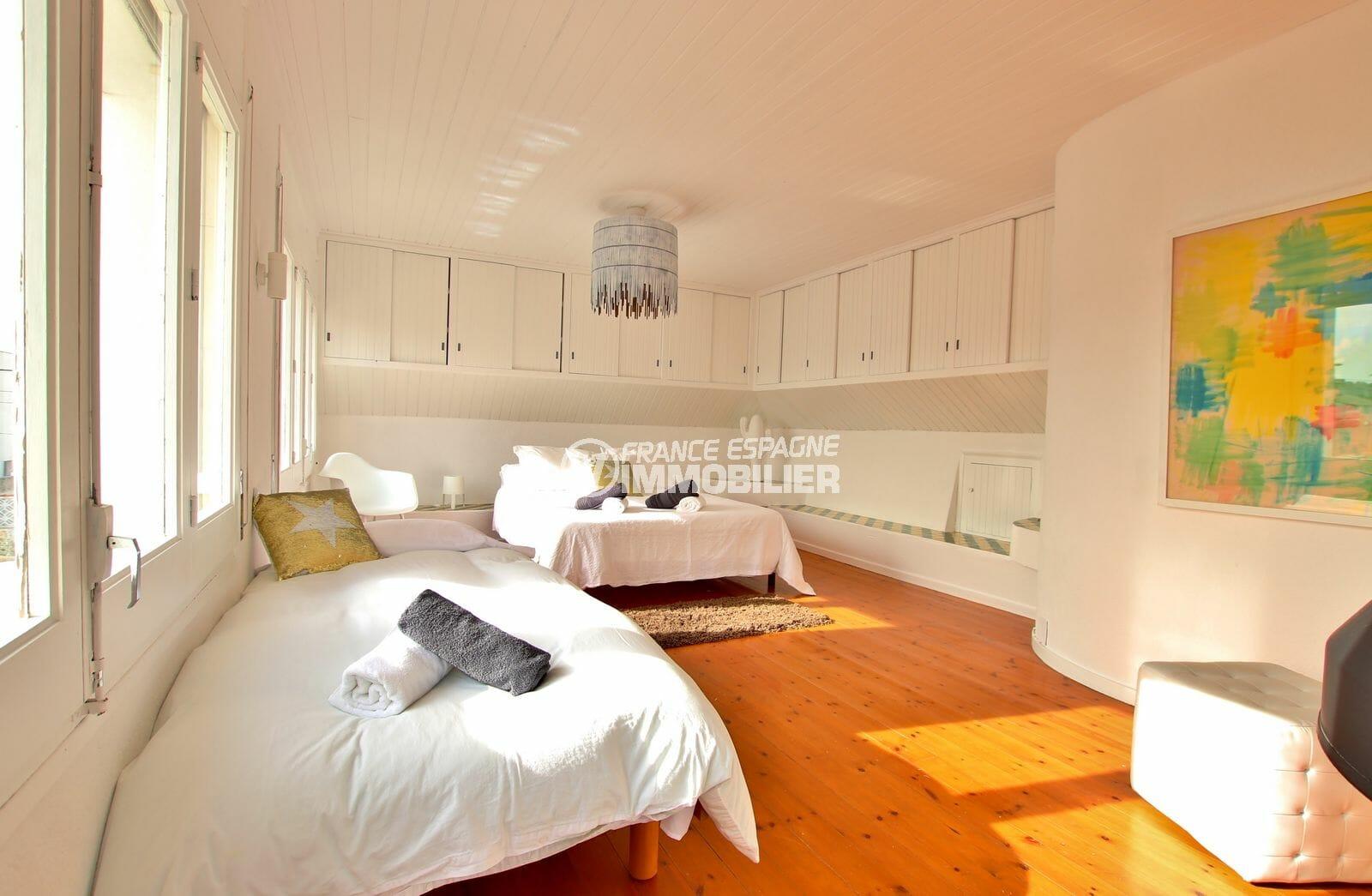 agence immobiliere francaise empuriabrava: villa 94 m², chambre lumineuse avec rangements