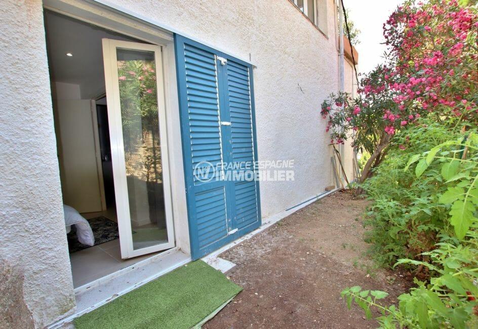 achat roses espagne: accès jardin verdoyant depuis la chambre du petit appartement (en bas)