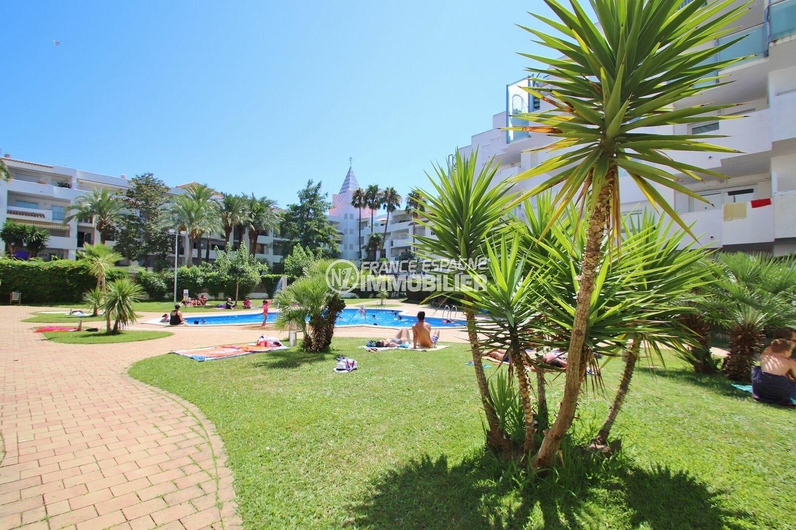 immocenter roses: appartement 49 m², aperçu des extérieurs près de la piscine communautaire