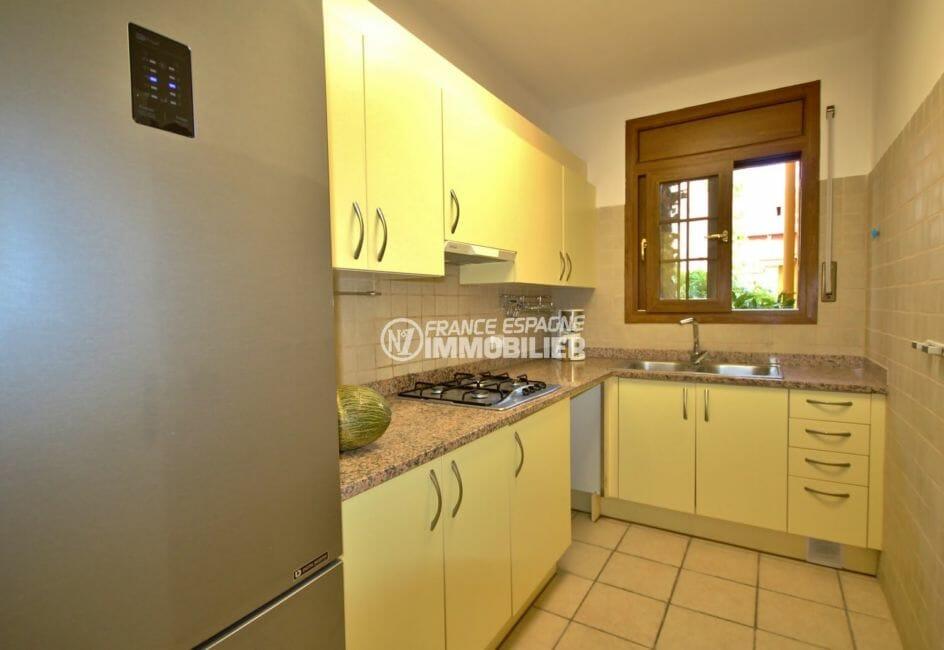 vente maison avec amarre empuriabrava, garage, cuisine indépendante équipée avec rangements