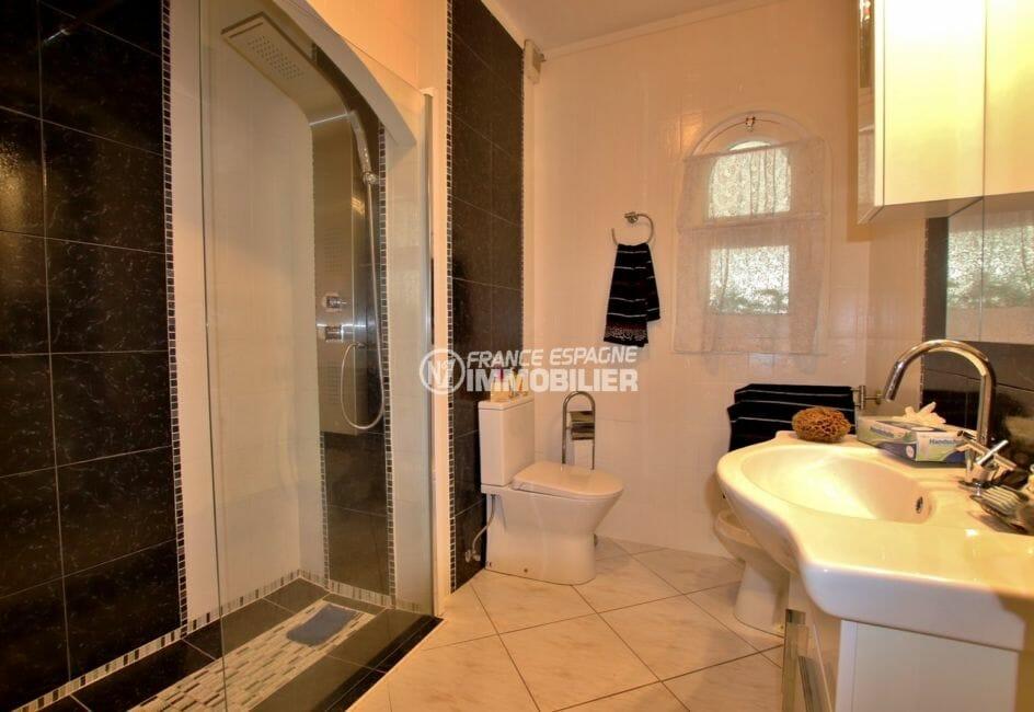 vente maison costa brava, amarre, première salle d'eau avec douche italienne, vasque et wc
