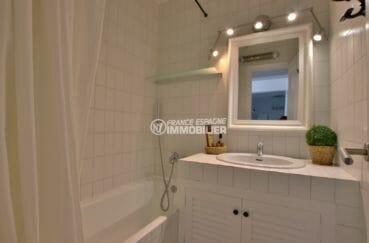 acheter maison costa brava, première salle de bains avec baignoire et vasque
