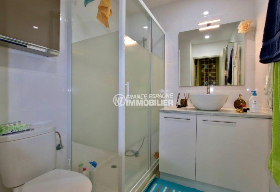 achat immobilier roses: villa ref.3980, salle d'eau du petit appartement (en bas)
