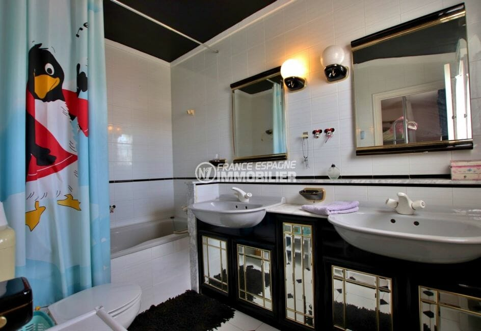 empuriabrava vente maison avec amarre,  vue canal, deuxième salle de bains avec double vasque et wc