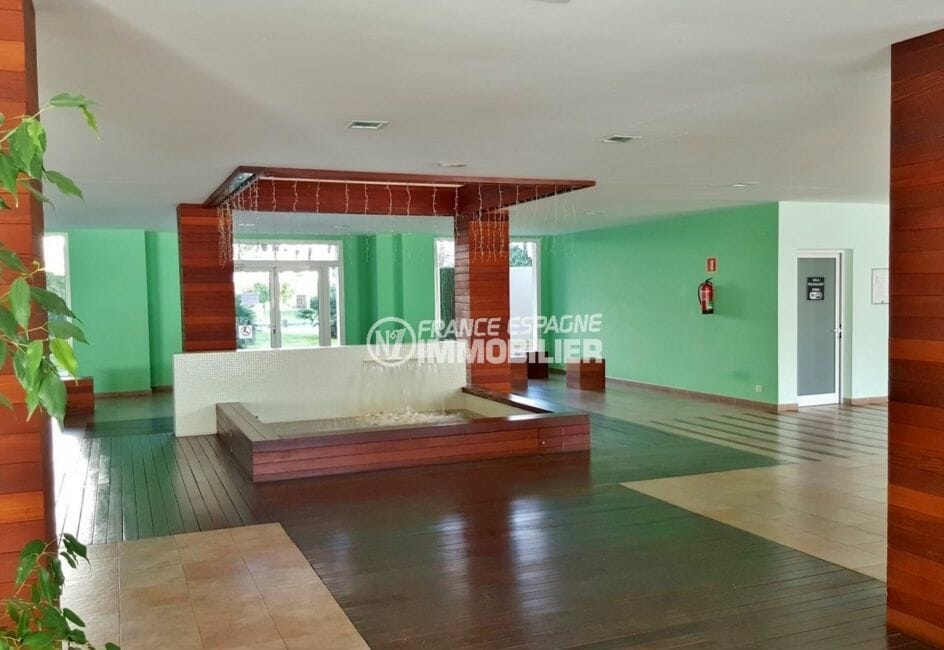 immo center roses: appartement 49 m², aperçu du hall d'entrée de la résidence accès piscine