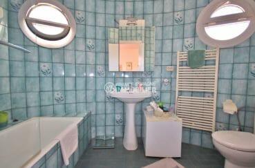 vente maison costa brava, proche plage, salle de bains avec baignoire, lavabo et wc