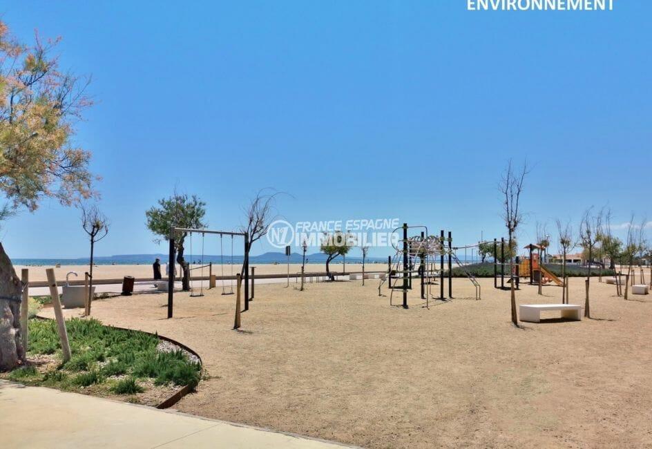 aire de jeux pour enfants près de la plage à proximité