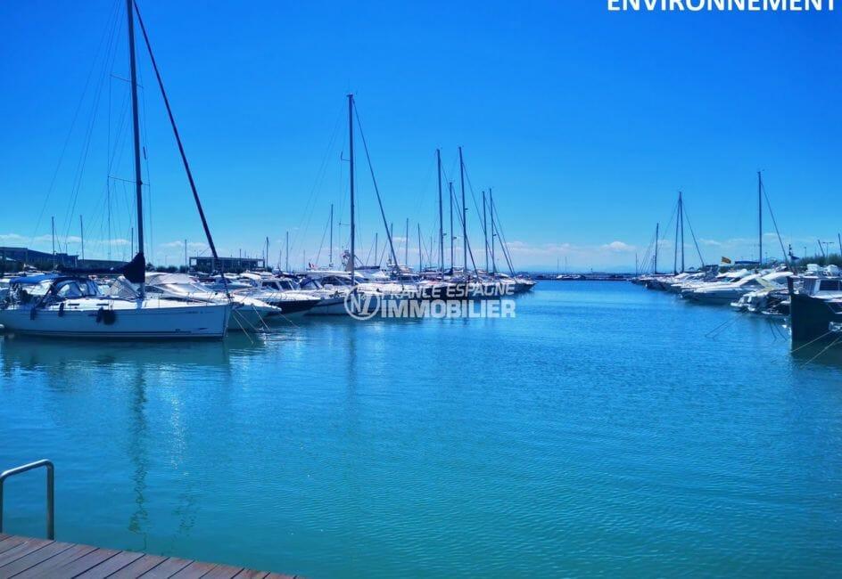 marina à rosas avec nombreux voiliers amarrés et bateaux moteurs