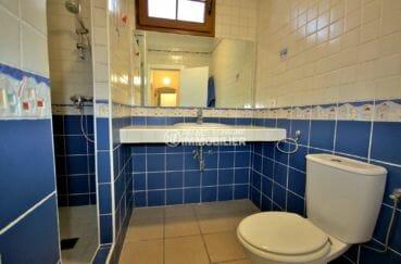 maison a vendre espagne bord de mer, vue canal, 3ème salle d'eau avec douche, lavabo et wc