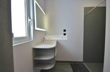 acheter maison espagne costa brava, piscine, salle d'eau avec douche et meuble vasque