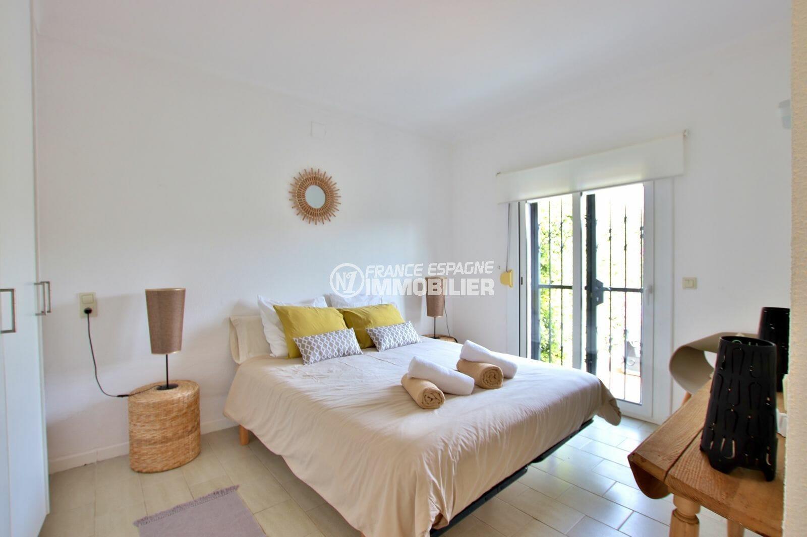 agence immobiliere costa brava espagne: villa 94 m², chambre 4 avec lit double et placards