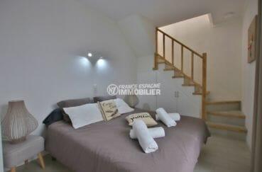 vente immobiliere costa brava: villa94 m², chambre 5 avec lit double et escaliers